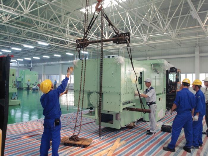 天井クレーンを使用して、成形機(射出)の吊上げ作業風景